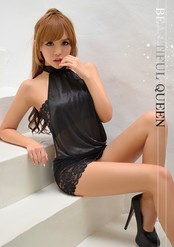 蕾丝材质的短裙和小可爱让造型更具